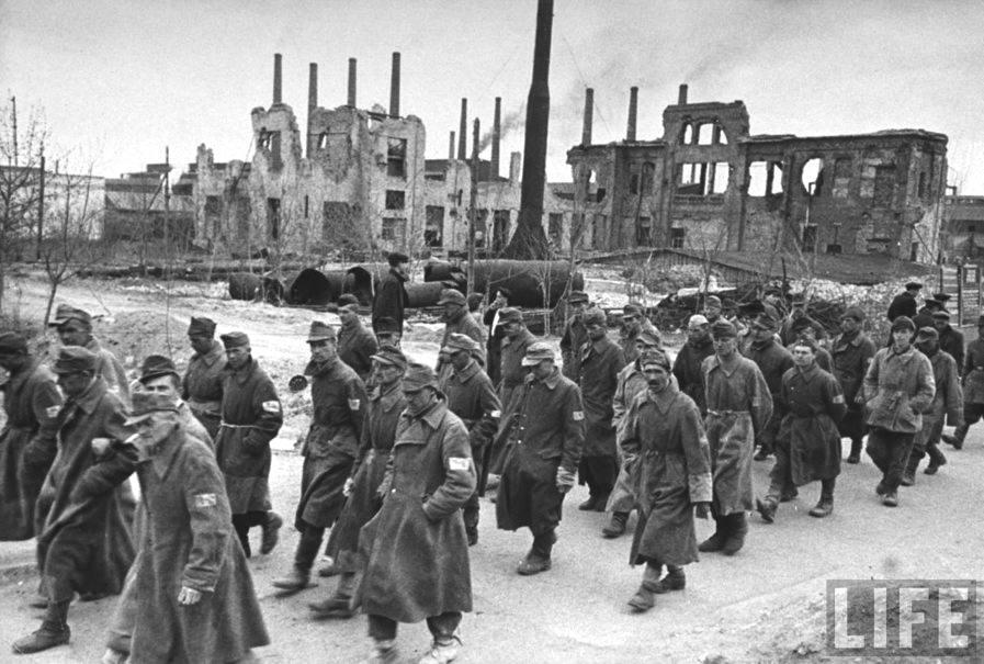 Prigionieri tedeschi sfilano a Stalingrado.