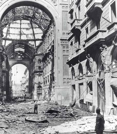 La Galleria Vittorio Emanuele dopo il bombardamento alleato.