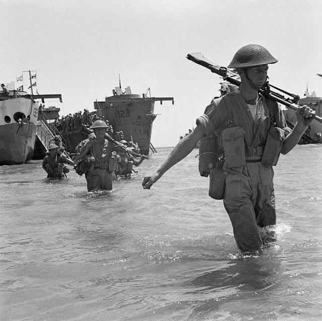 Truppe inglesi durante lo sbarco in Sicilia.