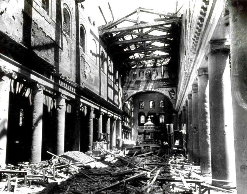 La Basilica di S. Lorenzo dopo il bombardamento.