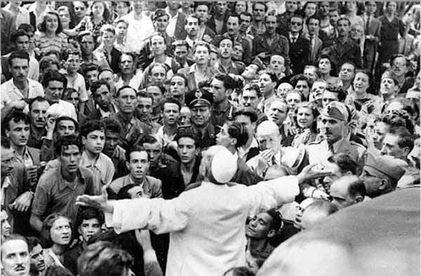 Pio XII accorso tra gli abitanti di S. Lorenzo.
