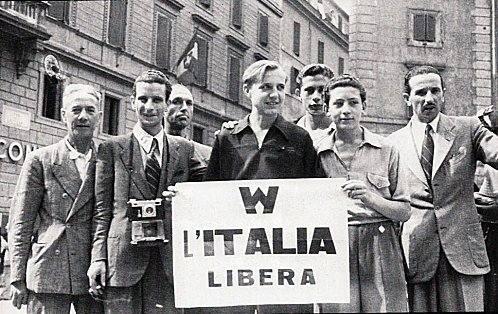 I romani festeggiano la caduta del fascismo.