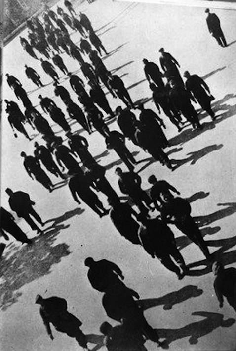 Operai in sciopero a Milano nel 1943.
