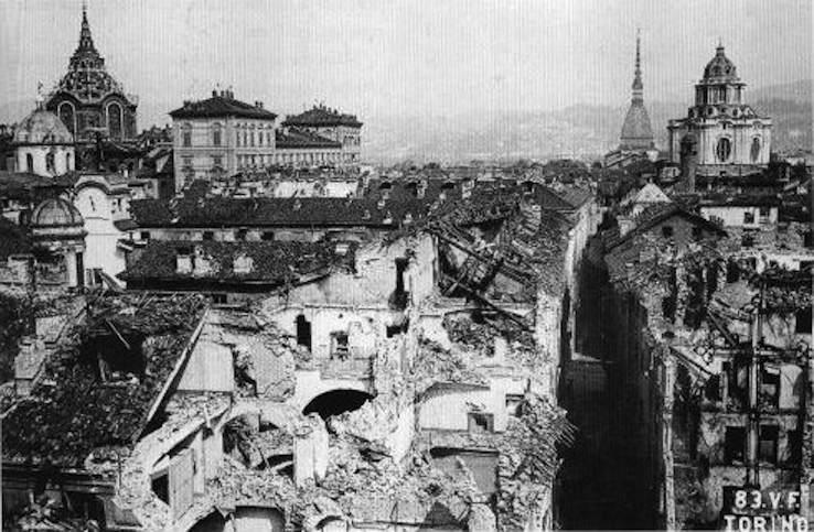 Torino bombardata dagli aerei alleati.