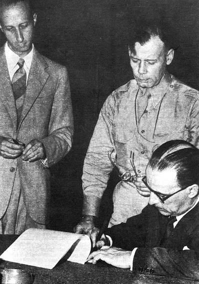 Il gen. Castellano firma l'armistizio.