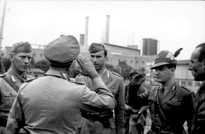 Ufficiali italiani si arrendono a quelli tedeschi.
