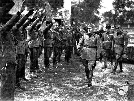 Mussolini passa in rassegna reparti di volontari fascisti.