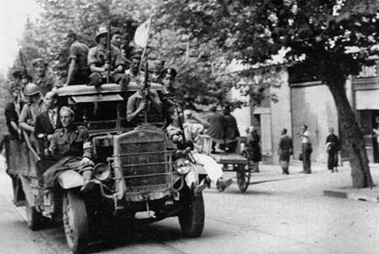 Militari e civili a Napoli durante le 4 giornate.