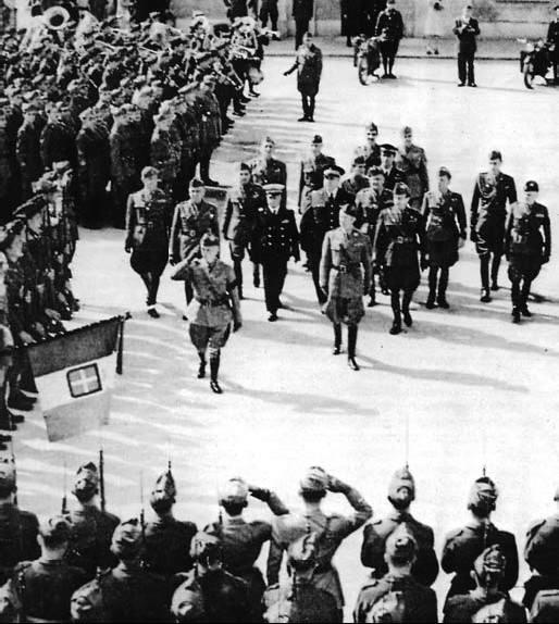 Vittorio Emanuele III passa in rassegna il Corpo Italiano di Liberazione.
