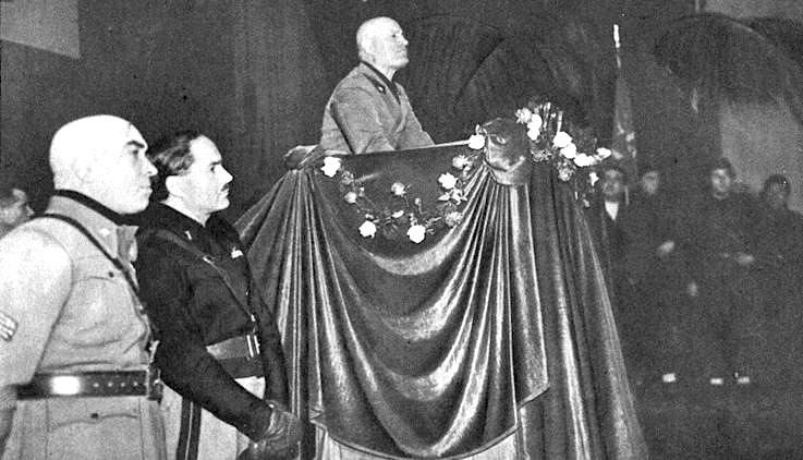 Mussolini parla dal palco del Lirico.