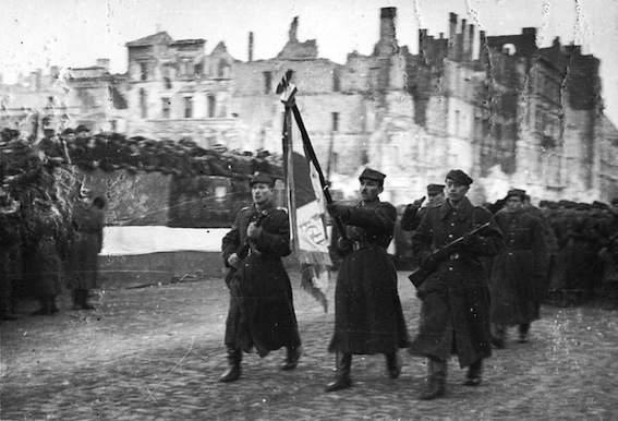 L'esercito polacco di liberazione sfila dopo la liberazione di Varsavia.