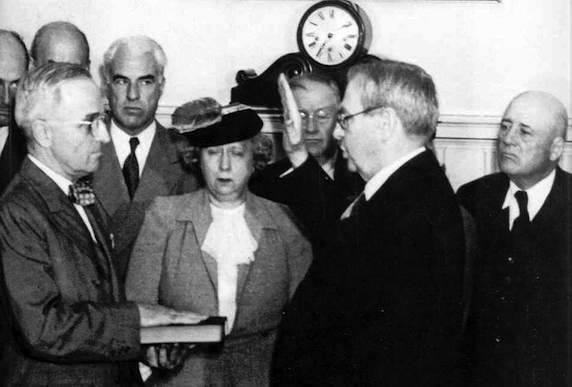 Harry Truman presta giuramento in qualità di nuovo Presidente USA.