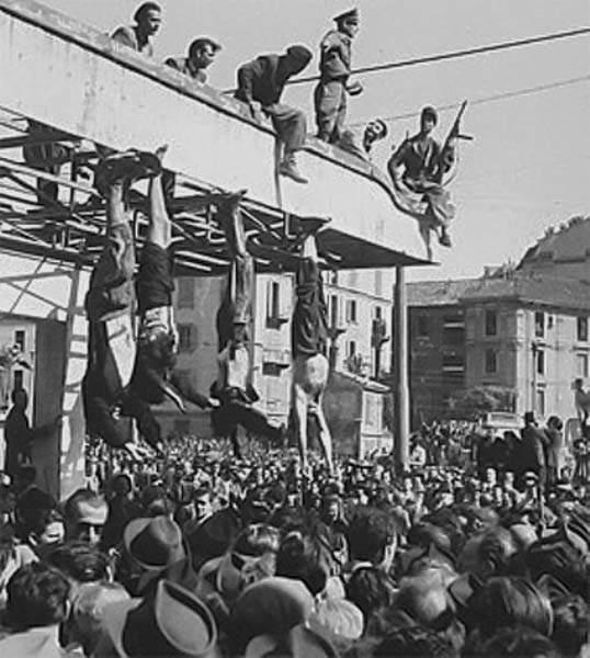 L'esposizione dei cadaveri di Mussolini, Petacci e altri fascisti a Milano in piazzale Loreto.