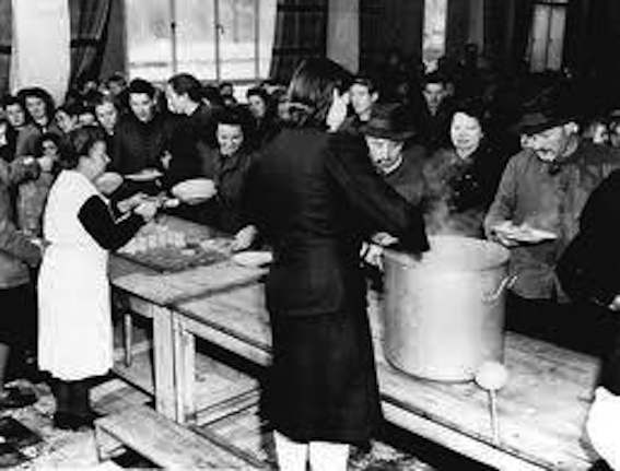 Distribuzione di pasti da parte dell'UNRRA.