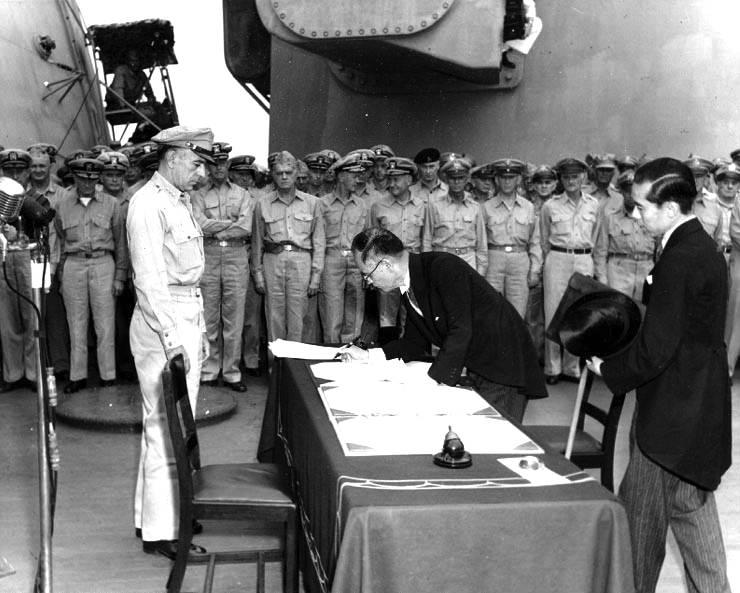 La firma dell'armistizio da parte del governo giapponese.