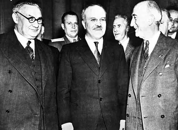 Da sinistra, i ministri degli esteri Bevin (Regno unito), Molotov (Urss) e Byrnes (Usa) alla conferenza di Mosca.