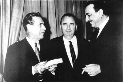 Arrigo Benedetti tra Mario Soldati (a sinistra) e Arnoldo Mondadori.