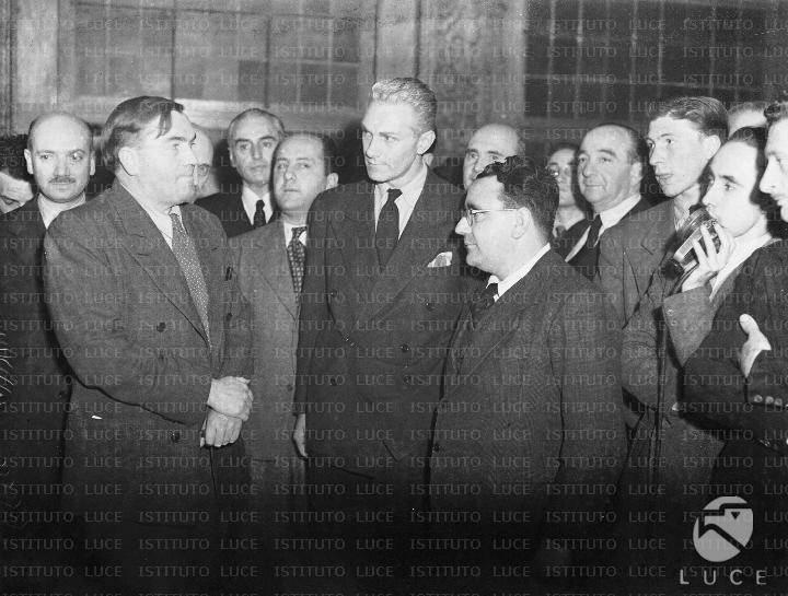 In primo piano, il ministro dell'Assistenza Postbellica Sereni e il capo della missione UNRRA in Italia Mr. Keeny.
