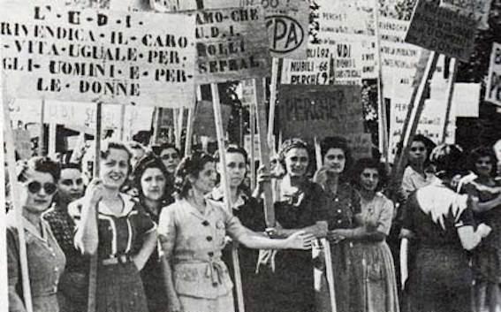 Attiviste dell'UDI festeggiano la giornata della donna.