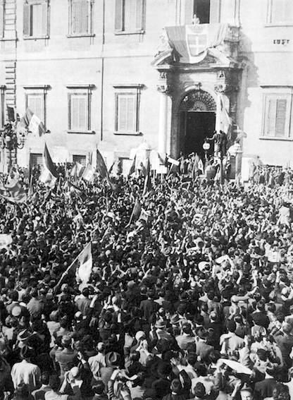 Manifestanti davanti al Quirinale per l'ascesa al trono di Umberto II.
