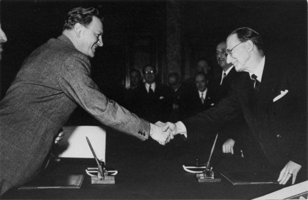 De Gasperi e Gruber alla firma dell'accordo.