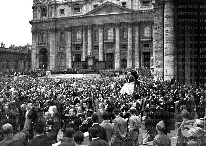 Manifestazione dell'Azione Cattolica in piazza S. Pietro nel 1947.