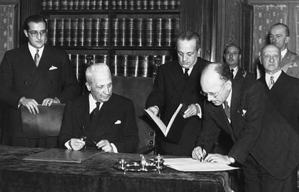 Umbeto Terracini firma la Costituzione insieme al Presidente De Nicola.