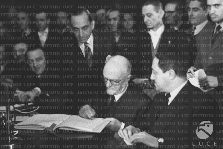 Carlo Sforza firma il Trattato d'amicizia Italia USA.