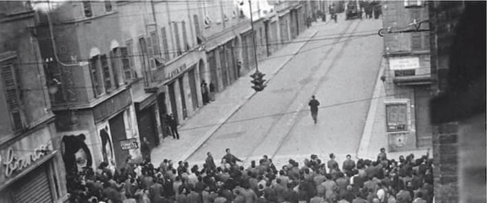 Il corteo di Parma poco prima degli scontri.