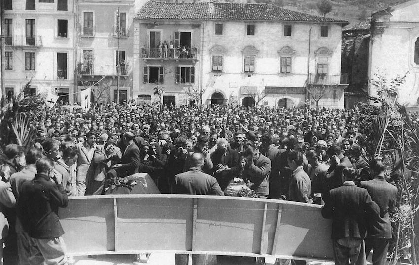 Comizio a Celano durante lo sciopero nazionale per l'eccidio del giorno precedente.