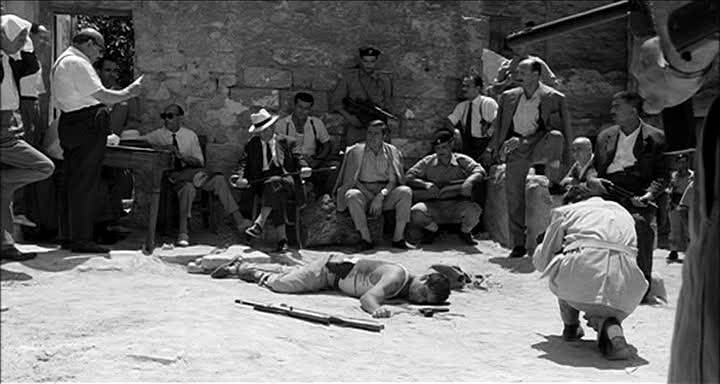 Il ritrovamento del cadavere di Salvatore Giuliano nella scena del film di Rosi del 1962.
