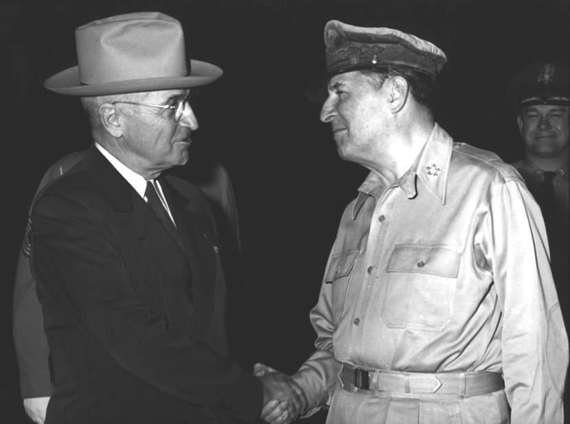 Il Presidente Harry Truman con il gen. Douglas McArthur.