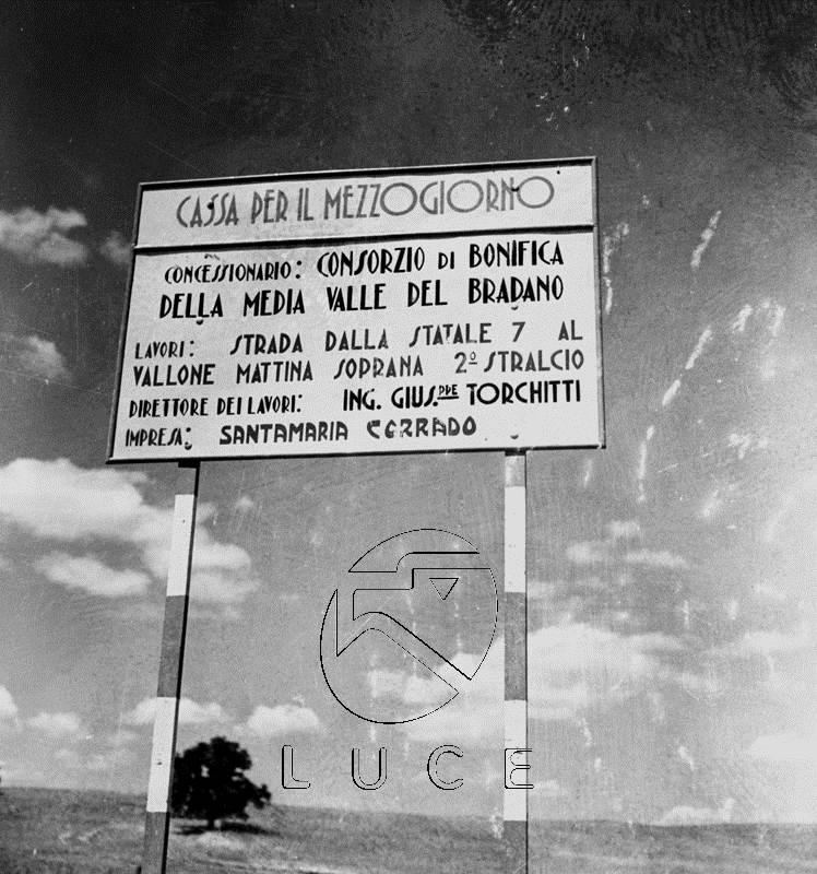 Negli anni '50 la Cassa del Mezzogiorno privilegiò interventi infrastrutturali quali strade e acquedotti.