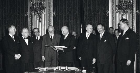 I capi di governo dei sei paesi promotori della CECA riuniti a Parigi per la firma del trattato.