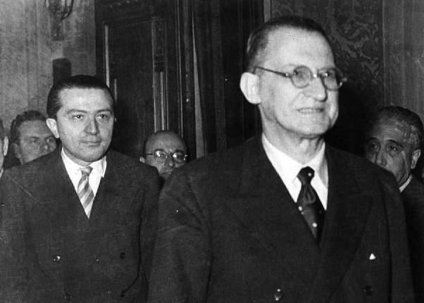 Il Presidente del Consiglio De Gasperi con il suo Sottosegretario alla Presidenza Giulio Andreotti.