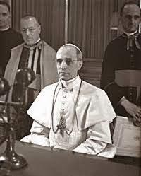Pio XII durante un messaggio radiofonico.