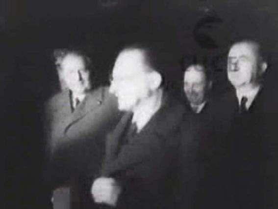 De Gasperi, con i ministri Pella e Pacciardi, di ritorno dal Consiglio atlantico di Lisbona.