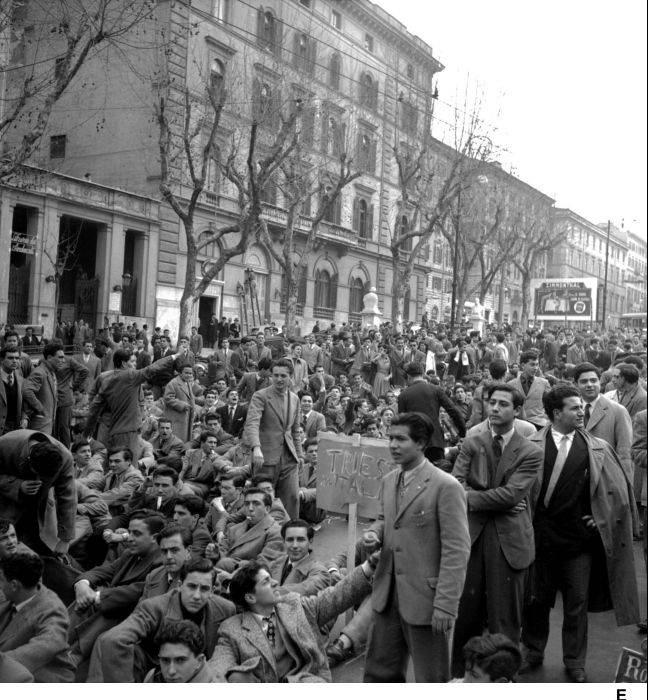 Manifestazione studentesca per il ritorno di Trieste all'Italia.
