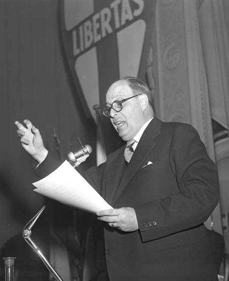 Salvatore Rebecchini durante la campagna per le elezioni comunali di Roma.
