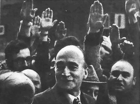 Giorgio Almirante tra i suoi militanti.