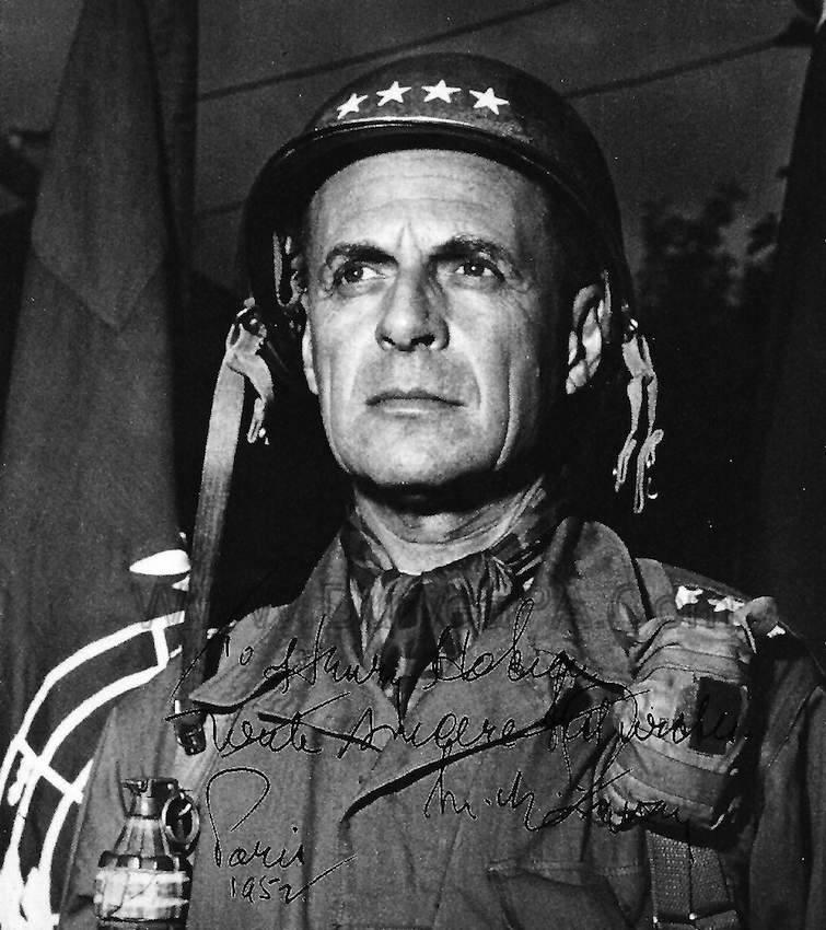 Il gen. Ridgway in una foto con dedica.