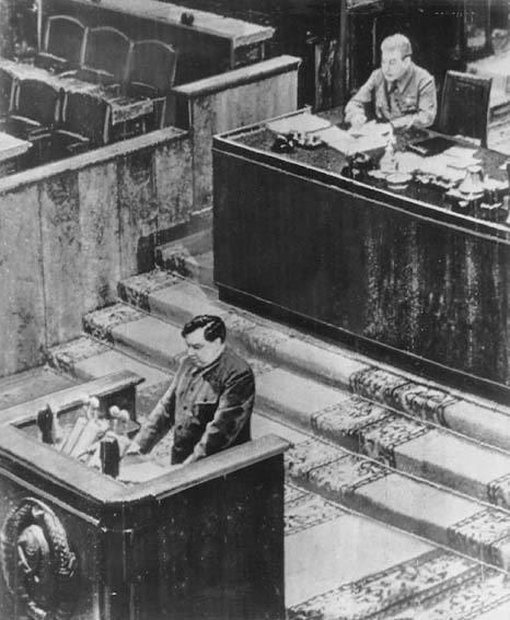 Malenkov alla tribuna del XIX congresso del PCUS. In alto a destra Stalin.