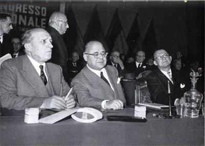Da sinistra, Attilio Piccioni, Guido Gonella e Alcide De Gasperi alla presidenza del IV congresso DC.