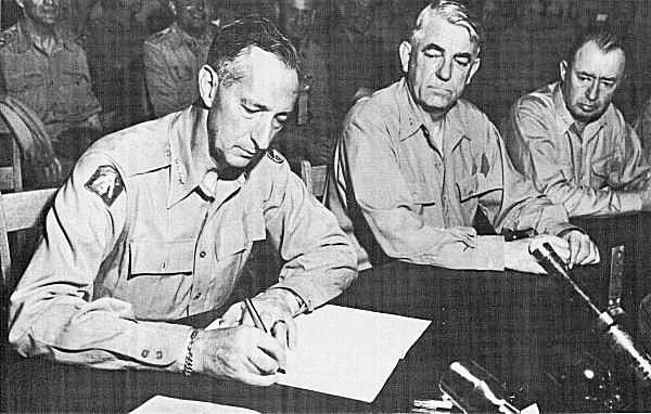 Il generale Clark firma per gli USA l'armistizio con le forze popolari coreane.