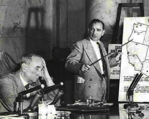 Il sen. McCarthy mostra sulla carta le infiltrazioni dei comunisti in USA.