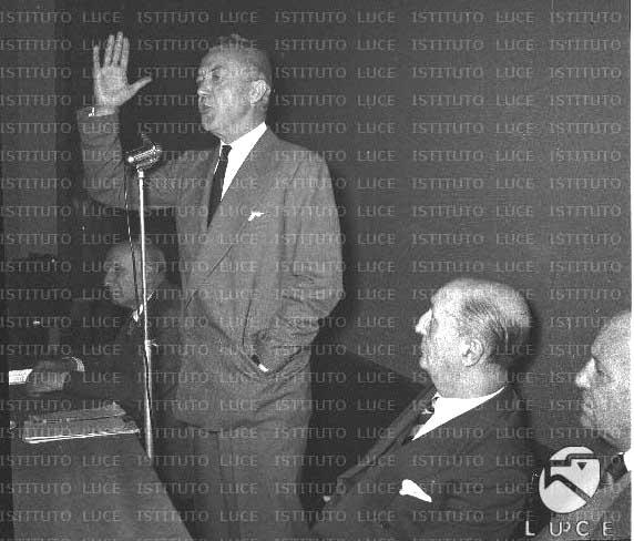 Nicolò Carandini (in piedi) e Bruno Villabruna (seduto alla sua sinistra) al convegno di fondazione del Partito radicale il 10/12/55.