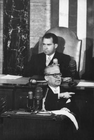 Il Presidente Giovanni Gronchi interviene al Congresso USA. Alle sue spalle Richard Nixon, allora Vice-presidente degli Stati Uniti.