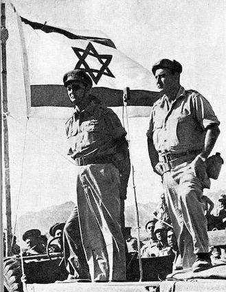 Il gen. Moshe Dayan al comando delle truppe israeliane nel Sinai.