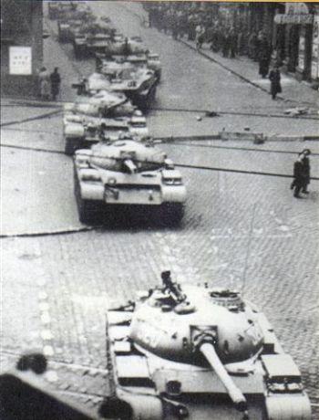 L'ingresso dei carri armati sovietici a Budapest.