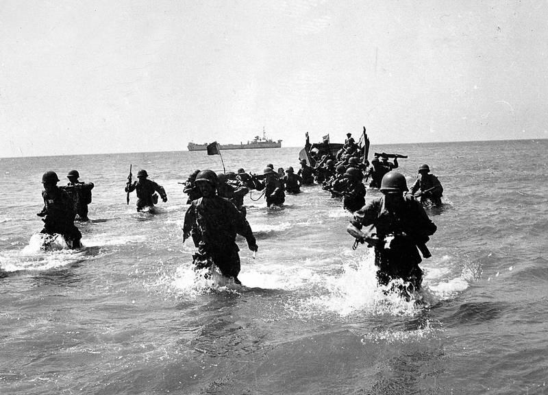 Truppe francesi sbarcano a Port Said.